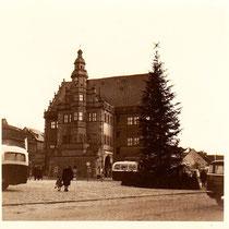 Das Rathaus vor dem neuen Anbau nach Räumung der Ruinen in den 1950ern - Danke an Susanne Hasler