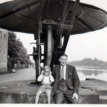 Anfang der 1950er, als der Alte Kran noch beim Zollamt am Main stand... Danke an Klaus Best (links im Bild mit seinem Großvater)