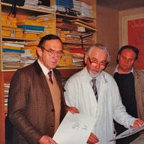 Dr. Erich Meidel (links) mit Prof. Emanuel Vlcek (MItte) erörtern die Forschungsergebnisse um Fürstin Judith von Schweinfurt