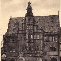 Das Rathaus mit Oldtimer im Jahre 1935