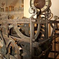 """Das Turmuhrwerk von St. Salvator; interessant die Inschrift des Ziffernblattes: """"Nachkommen! Seht so ändert sich das Spiel in unsren Tagen Reychsfreie Bürger bauten mich Bayrisch werd`ich schlagen (1803)"""