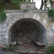 Ehemalige Quelle in Nische unterhalb der Peterstirn, darüber Schuh