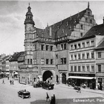 Das Rathaus um 1920;           links das Geburtsthaus Friedrich Rückerts