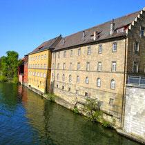 Die Kunstmühle, rechts von ihr befand sich am Beginn der heutigen Mainbrücke das äußere Brückentor
