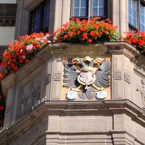 Der kaiserliche Doppeladler hält in seinen Fängen das Schweinfurter Wappen