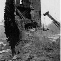 """Ein schöner Stadtmauerturm weicht dem """"Horten"""" (heute Kaufhof) wer kann' so was verstehn?"""