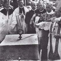 Grundsteinlegung mit Bischof Matthias Ehrenfried, Dritter von rechts Pfarrer Anton Niedermeier; Foto: Stadtarchiv