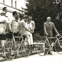 rechts: Bundespräsident Carstens