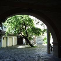 Blick durch die Hofeinfahrt