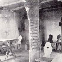 Schön geschnitzte hölzerne Säule im Ratszimmer