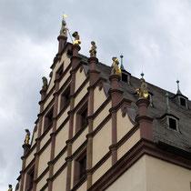 Die Giebelfiguren vom Innenhof gesehen - 2012