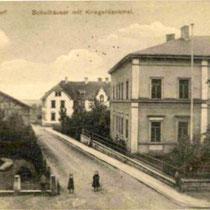 Schulhaus und Kriegerdenkmal im Jahre 1909