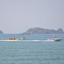 Diverse Freizeitaktivitäten für Touristen direkt vor dem Schildkrötenstrand zur Nistsaison