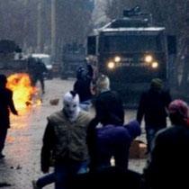 I den kurdiske by Yüksekova kom det i weekenden (11/12.december) til heftige gadekampe mellem unge kurdere og tyrkisk politi.