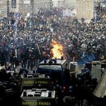 Rom: Heftige gadekampe mellem demonstranter og politi efter mislykket mistillidsvotum mod  landets korrupte regeringsleder Silvio Berlusconi