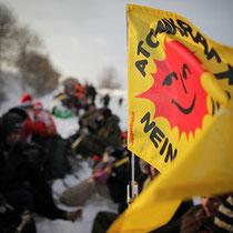 Hundredevis af anti-atomkraft aktivister trodser vinterkulden og blokerer atomaffaldstransporten CASTOR ved den østtyske Lubmin