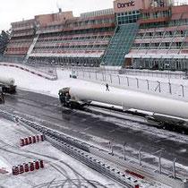 Vor der Kulisse des Dorint-Hotels warten die Fahrer der beiden Transporter auf das Entladen ihrer 40 Meter langen Sattelschlepper.