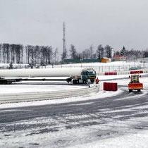 In einer spektakulären Aktion wurden trotz Schnee und Eis drei 33 Meter lange Druchbehälter für den Ring-Racer zum Nürburgring geschafft.