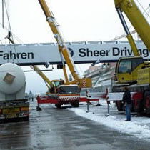 Kräne bestimmen seit einem Jahr das Bild an der Nürburgring-Großbaustelle. Auch zum Abladen der Druckbehälter waren mehrere Kräne erforderlich.
