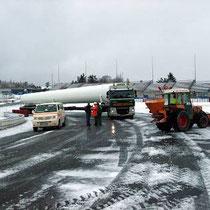 Der Nürburgring-eigene Winterdienst musste kräftig Salz streuen, um den Schwertransportern die Piste frei zu machen.