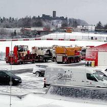 Am Nürburgring herrschte am 24. März tiefer Winter, als die Kräne und Baumaschinen auf die riesigen Druchbehälter warteten.