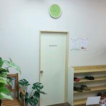 スタジオ入口。出口でもあります。