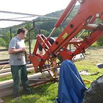 Ein Frontlader hob den Rahmen über die Säule.