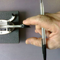 I6QON (c) Holding the thumb and the index to the same distance among them through the pen, the wrist it oscillates to the right and to the left.