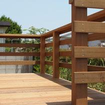 完成したウッドデッキ、出幅の小さい場合は転落防止を兼ねたフェンスがあると安心です。