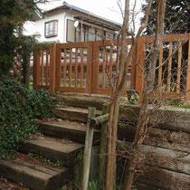 階段上がりに両開きの門扉です。
