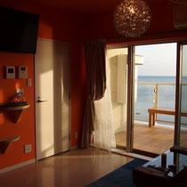 なんと室内の壁紙はオレンジ!インテリアも非日常的に、しかし素敵なお施主様によるコーディネートです。