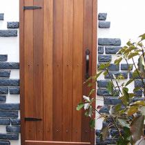 取り付けた扉は事前に作成。防腐塗料でダークに仕上げてアイアンの飾りをつけました。