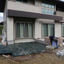 デッキ下は雑草防止シートと砂利を敷きこんでから、束石を設置します。