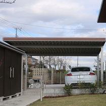 お庭側からみた駐車スペース、ドックランとして楽しむお庭との区分けフェンスと、使い勝手良い場所に配置した収納庫があります。