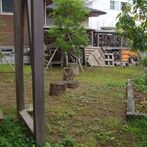 着工前、それまでは土が露出していたため雑草が地面の緑化でした。
