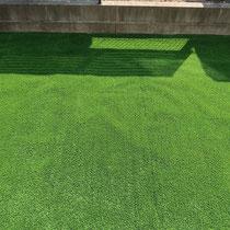 リアル人工芝の接着面、気にして見なければ見分けがつきにくい継ぎ目です。