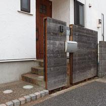 表札、ポストがついてレッドウッドの板塀を復旧、完成したところ。
