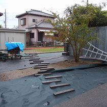 まずは既存の防犯砂利を移設し、高耐久防草シートを敷設。コンクリート枕木をモルタルで据え付けます。