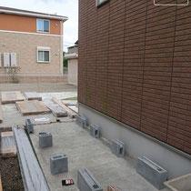 水栓を移設し物置設置個所にコンクリートを打設します。