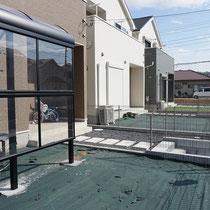 施工前、新築時に敷きこまれていた雑草防止シートが劣化してきました。