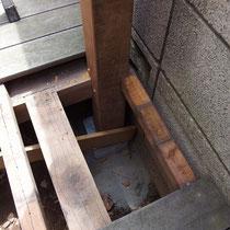 床板と根太を分解し、大引の一部に柱を連結します。風でシェードがあおられないよう、柱の根元もしっかりと固定します。