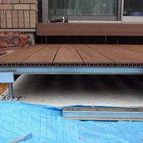 幕板取付前。ハンディウッドの床材断面は、小さく細かな穴の集合体。