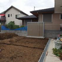 施工する要素ごとに掘削の深さを変えて整地。レンガ花壇を作る場所に残土を入れます。