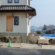 家が竣工し外構が始まるところ。高低差ある仕事場専用勝手口付です。