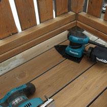 まずは汚れた表面の研磨作業。細かな部分にも対応できるよう、2台の電動サンダーで作業します。