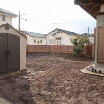 古いスチールフェンスを撤去後、ウッドフェンスによる外周の柵を作りました。お庭は仕上をイメージして起伏を作り、粒状の除草剤を撒きます。