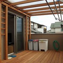 屋根を支える構造部分が邪魔にならないよう、出入りに支障がなくスッキリと収まりました。