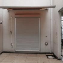 施工前、掃き出し窓から出て、シャワーが使えるウッドデッキとフェンスをご要望頂きました。