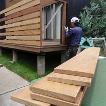 フェンスはイタウバの12×105サイズ 隙間を30mmあけて貼ります。