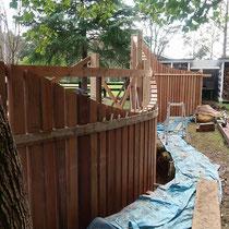 角材を並べて均一間隔と垂直を確認、根元にコンクリートを打設して固めます。